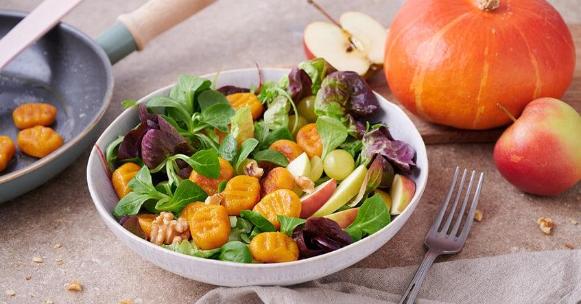 Albal® Ñoquis de calabaza fritos, ensalada de canónigos, uvas, nueces, manzana, aderezo hierbas, vinagre y aceite.