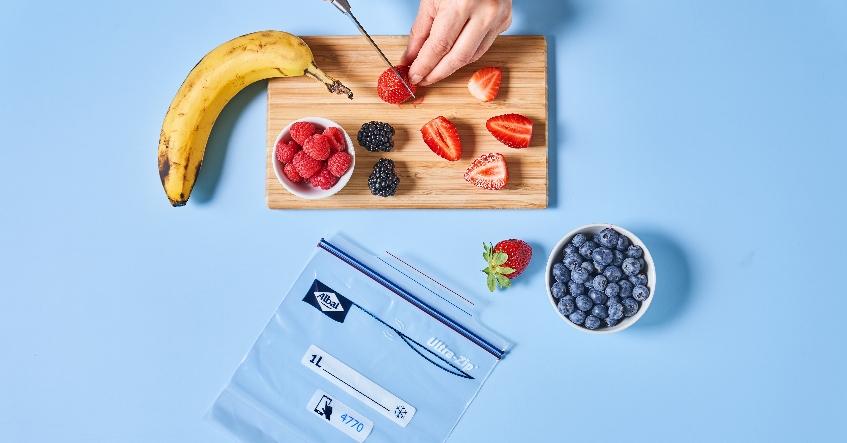 Congelar la fruta y guardarla de forma práctica y segura con las bolsas de congelación herméticas Ultra-Zip® de Albal®.