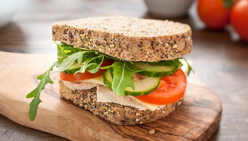 El sándwich se mantiene fresco gracias a las Bolsas para Bocadillo con cierre adhesivo Albal®