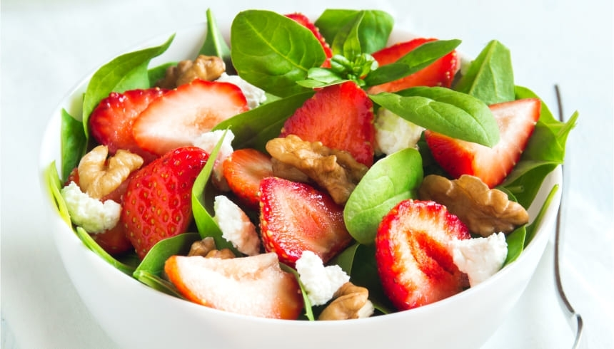 Ensalada de fresas y nueces que puedes cubrir con los cubre-recipientes elásticos de Albal®
