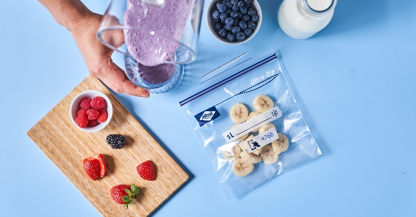 Las bolsas de congelación herméticas Ultra-Zip®, para congelar bayas frescas de forma segura y ahorrando espacio.