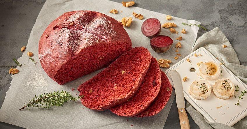 Pan de remolacha en papel de horno Albal® con queso de cabra en la tabla