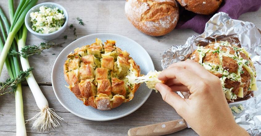 Panecillo rellenos de queso para compartir para una barbacoa perfecta. Pan para compartir con papel de aluminio.