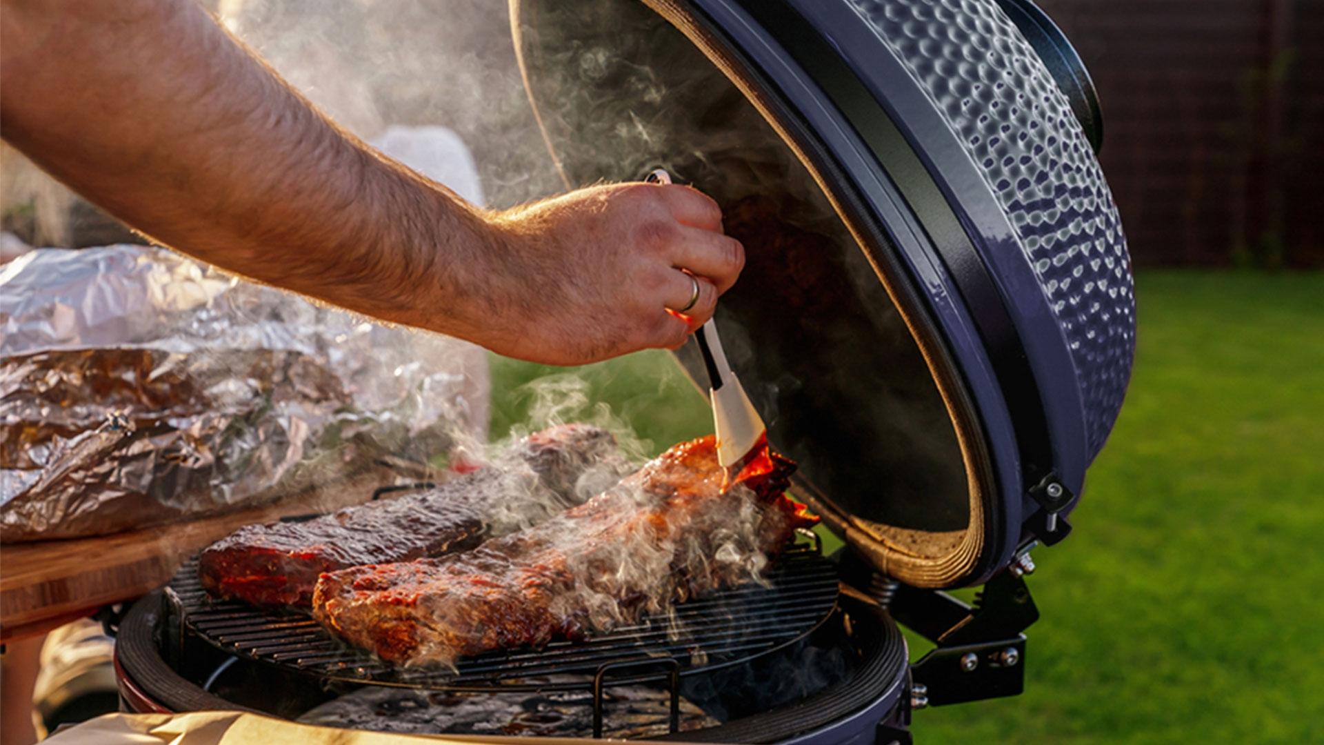 Parrilla Kamado y carne asada