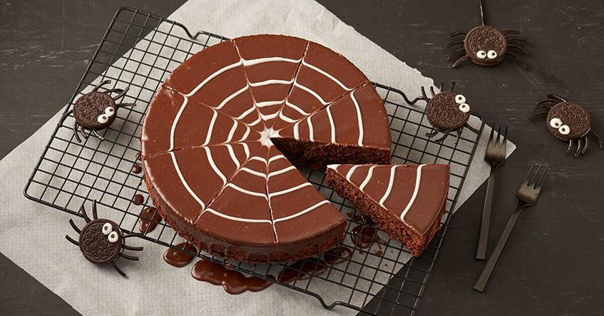 Pastel de chocolate con decoración de telaraña