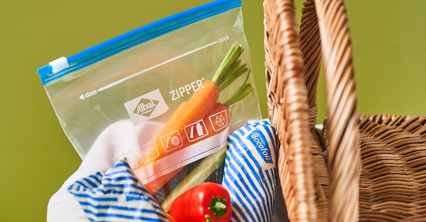 Preparar la cesta de pícnic fácilmente: con las bolsas multiusos Zipper® y los envoltorios Cera de Abejas de Albal®.