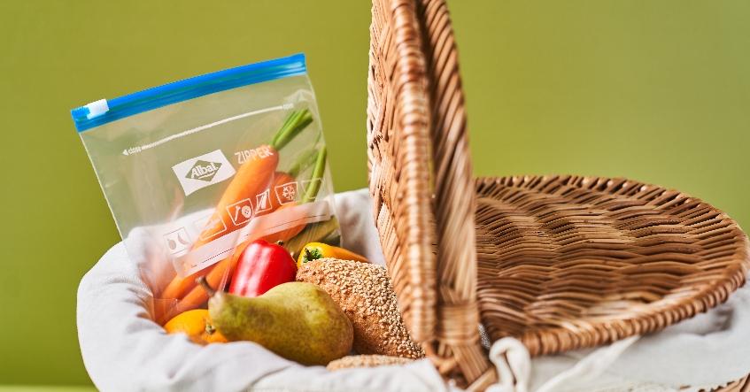 Preparar la cesta de picnic fácilmente: con las bolsas multiusos Zipper® y los envoltorios Cera de Abejas de Albal®.