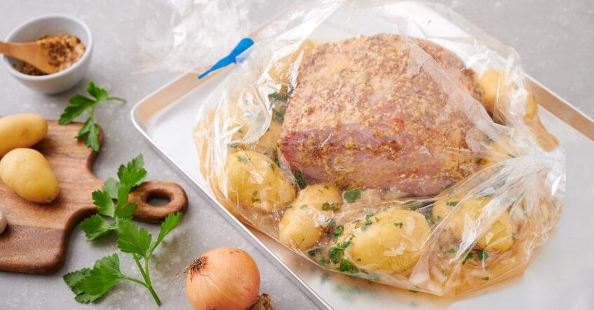 Receta Albal®: Carne de cerdo ahumado sin cocinar en Bolsa Asar Horno y Microondas con patatas y chucrut.