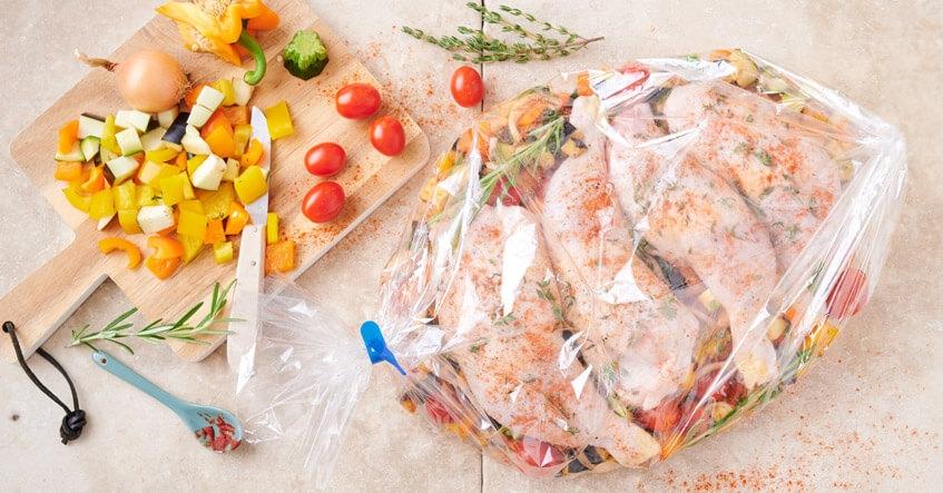 Receta Albal®: Muslos de pollo crudos sobre vegetales frescos en la bolsa Asar Horno y Microondas Albal®