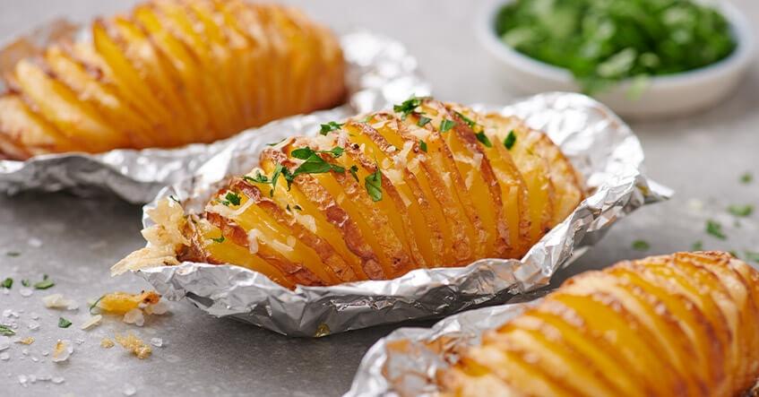 Receta Albal®: Patatas Hasselback con queso y hierbas horneadas en papel de aluminio Albal®
