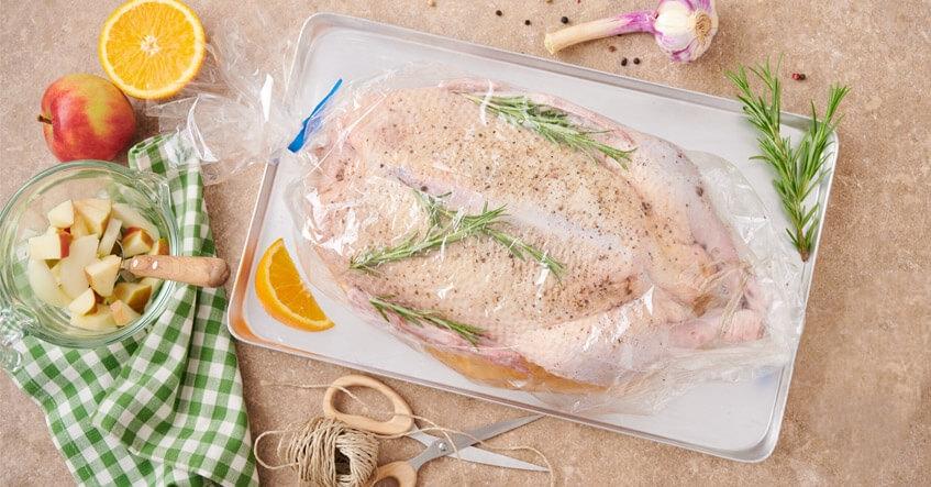 Receta Albal®: Pato crudo en bolsa de asar horno y microondas de Albal® con romero, naranja y manzana.