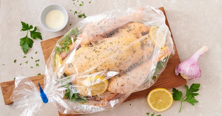 Receta Albal®: Pollo dentro de bolsa Horno y Microondas Albal® con limón, perejil y ajo, preparado para meterá al horno.