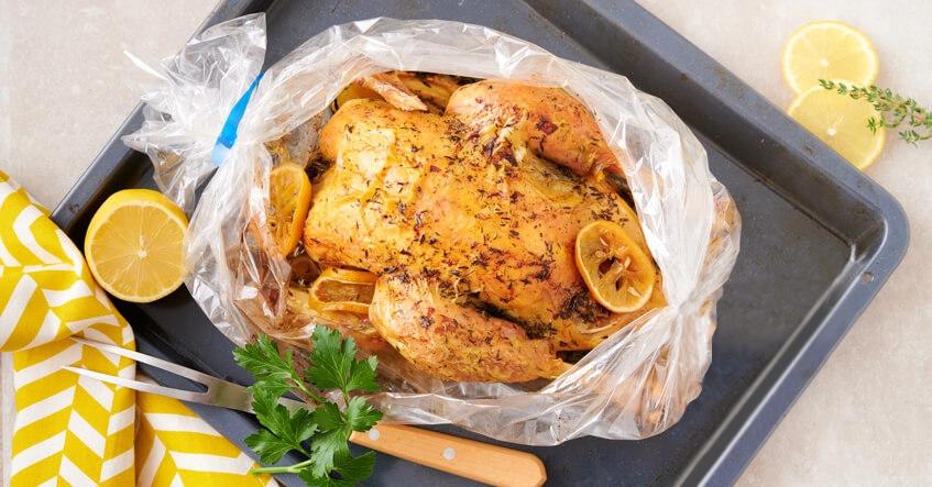 Receta Albal®: Pollo horneado en bolsa Horno y Microondas Albal® con limón, perejil y ajo.