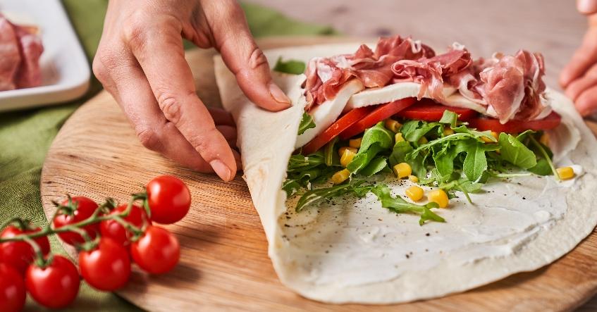 Receta de verano Albal®: Wrap a la italiana con mozzarella, rúcula y prosciutto.