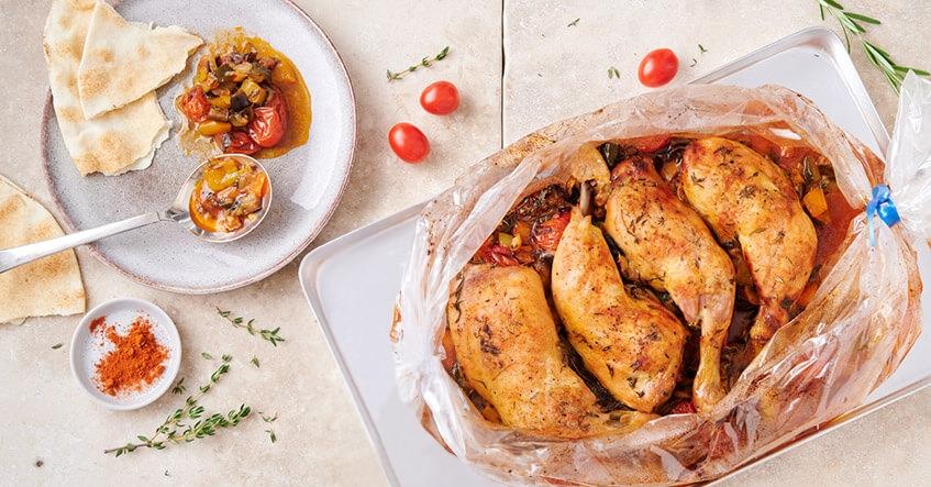 Recetas Albal®: Muslos de pollo crujientes sobre verduras de pisto en la bolsa Asar Horno y Microondas Albal®