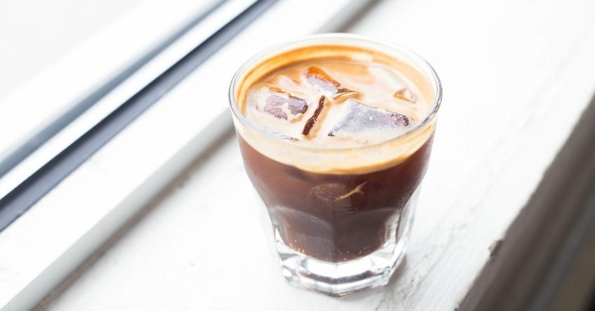 Truco Albal®: Tómate un café con hielo que no se agua